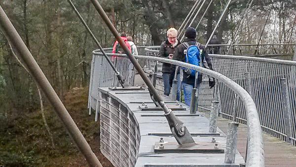 De voetgangersbrug over het kanaal Bocholt-Herentals